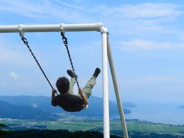 標高約550メートルの地点から琵琶湖に向かって飛び出すような感覚が味わえる「絶叫ブランコ」(滋賀県高島市・ビラデスト今津)