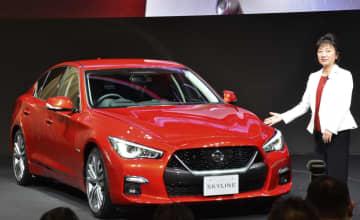 日産自動車が9月に発売する、改良した「スカイライン」。右は星野朝子副社長=16日午前、横浜市