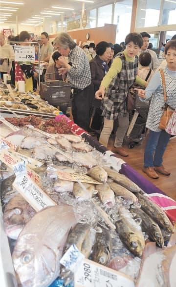買い物客でにぎわう鮮魚コーナー