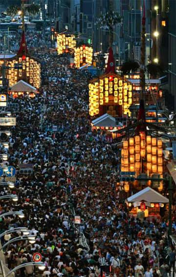 大勢の人でにぎわう前祭の宵山の四条通(京都市下京区四条通富小路東入ルから西を望む)