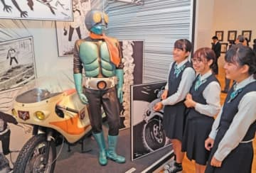 大分市美術館で始まった「仮面ライダープレミアムアート展」を観賞する来場者=17日午前