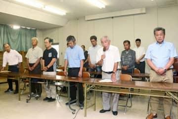 一連の問題について謝罪する和歌山南漁協の榎本秀春組合長(前列右から2人目)ら=16日、和歌山県田辺市江川で