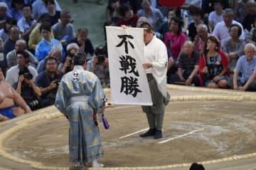 高安の休場で白鵬の不戦勝となり、土俵上に掲げられた垂れ幕=17日、名古屋市のドルフィンズアリーナ