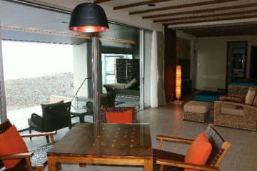 新たに完成した「空の棟」のジュニアスイートルーム。部屋には別府湾が望めるプールや露天風呂を備えている=別府市上人ケ浜町