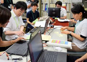 円滑な集計に向け、作業の流れを確認する県選管の職員
