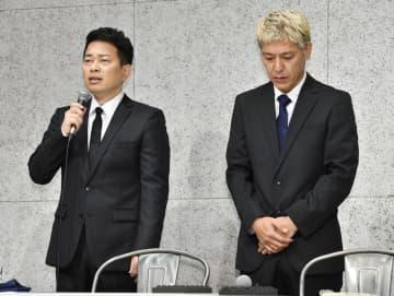記者会見に臨む宮迫博之さん(左)と田村亮さん=20日午後、東京都港区