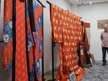 1960年の「ねりもの」で使われた歌舞伎「暫(しばらく)」の衣装(右端)や小野小町(中央)の衣装=京都市中京区