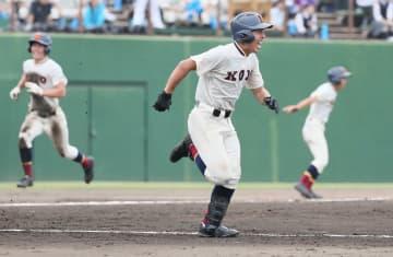 6回、向上の石坂が適時二塁打を放つ。本塁に向かう岡崎、三塁コーチャーは鶴田 =サーティーフォー相模原