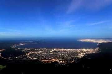 鶴見岳山上から望める別府湾に広がる夜景(別府ロープウェイ提供)