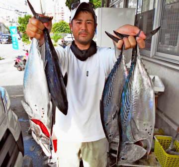 那覇一文字で61センチ、2.45キロや60センチ、2.76キロのスマガツオを釣ったZUMIZの國場俊さん=13日