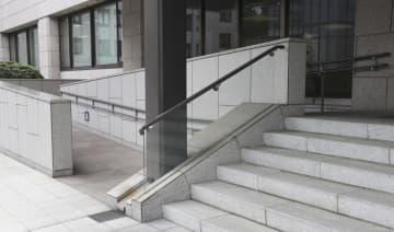 国会の階段脇に設置されているスロープ=19日