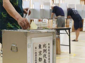 東京都内の投票所で投じられる票=21日午前