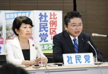 記者の質問に答える社民党の吉川幹事長(右)と福島副党首=22日午前1時41分、東京・隼町