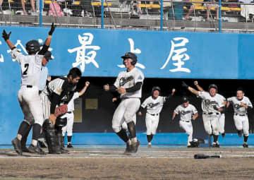 明桜―秋田中央 11回裏秋田中央2死二塁、斎藤の中越え二塁打で新堀(中央)がサヨナラのホームを踏む。捕手加藤
