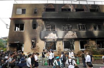 発生から2日、規制線が取り除かれ内部があらわになった「京都アニメーション」の第1スタジオ(20日午後5時56分、京都市伏見区)