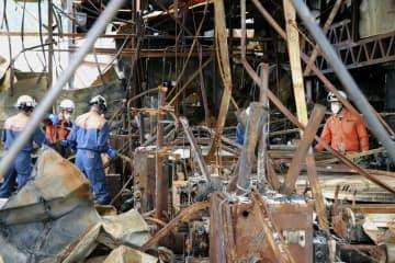 火災があった豊島繊維の工場を調査する消防庁職員ら=23日午前、福井県永平寺町