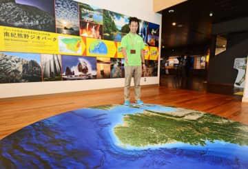 南紀熊野ジオパークセンターの玄関ホール。床に紀伊半島の大きな地図が描かれている(和歌山県串本町潮岬で)