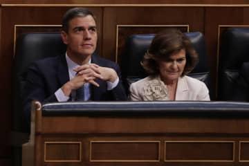 23日、スペインの下院議場に座るサンチェス氏(左)=マドリード(AP=共同)