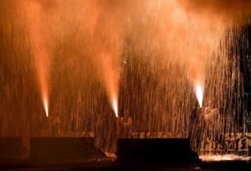 勢いよく火柱を噴き上げる手筒花火=23日午後8時20分、益子町益子