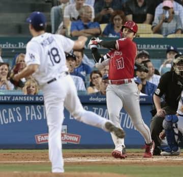 ドジャース戦の2回、代打で右前に先制打を放つエンゼルス・大谷。投手前田=ロサンゼルス(共同)