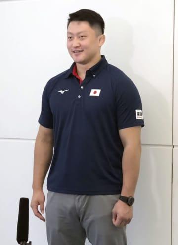 羽田空港で取材に応じる柔道男子100キロ超級の原沢久喜=24日