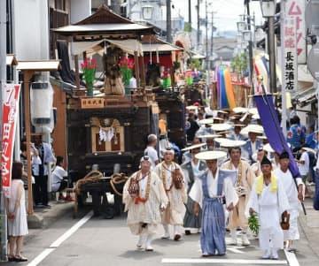 市街地を練る祭りの一行(24日、和歌山県田辺市本町で)