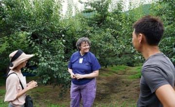 梅畑を視察するロイス・マンスフィールドさん(中央)=和歌山県みなべ町滝で