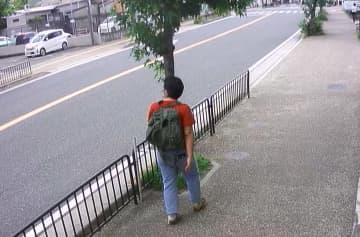 事件の2日前に宇治市内で撮影された青葉容疑者とみられる男の映像(16日午後2時ごろ、宇治市宇治妙楽)=住民提供