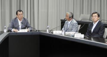 記者団の取材に応じる日産自動車の木村康取締役会議長(左)ら=24日午後、横浜市西区