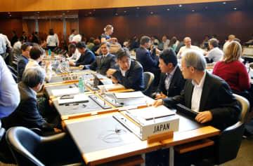 24日、ジュネーブでWTO一般理事会に出席した日韓の代表団(ロイター=共同)
