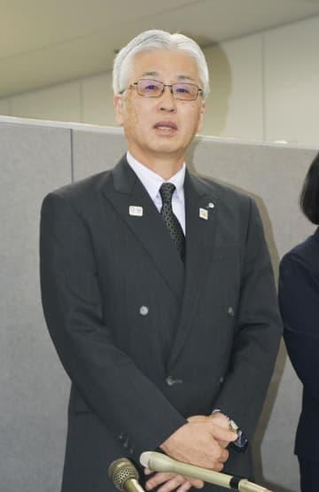 記者会見で謝罪する茨城県教育委員会の柴原宏一教育長=25日午後、茨城県庁