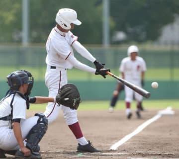 【和気-勝山】2回裏勝山2死満塁、山本一が中越え三塁打を放ち、3-0とする。捕手加藤=倉敷市営