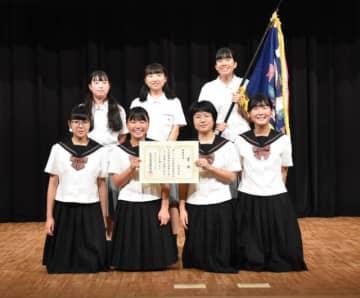 最優秀賞に選ばれた延岡商業高の生徒たち=25日午後、宮崎市民プラザ