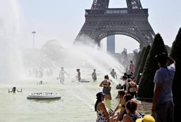熱波に襲われたパリで水遊びする人々=25日(アナトリア通信・ゲッティ=共同)