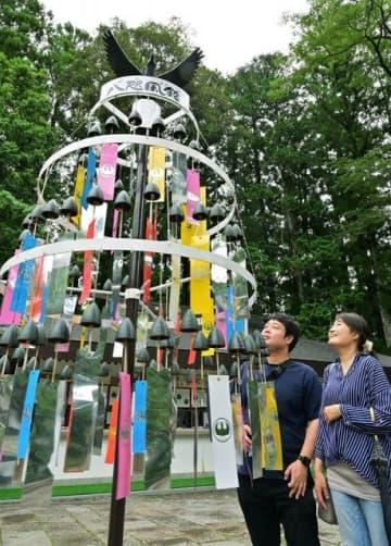 境内に飾られた八咫烏の風鈴(和歌山県田辺市本宮町で)