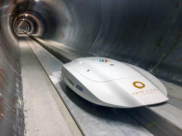 チューブ内を走行するKeio磁気浮上ポッド。高校生が改良に加わる