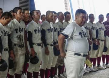 大阪大会準々決勝で敗れ、保護者にあいさつする大阪桐蔭の西谷監督(手前)=大阪シティ信金スタ