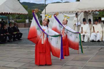 平和な世の中を願う「浦安の舞」を奉奏した諏訪神社のみこ=長崎市、平和公園