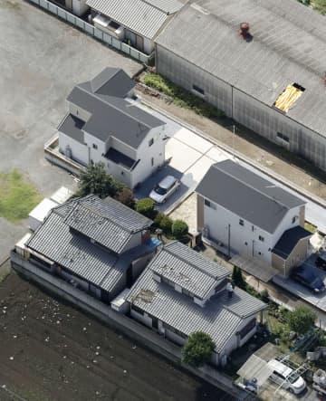 竜巻とみられる被害で屋根などが破損した民家や倉庫=27日午前9時20分、栃木県佐野市(共同通信社ヘリから)
