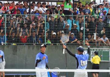 ソフトテニス男子個人準決勝で接戦を制し、喜ぶ田中康文(右)、大山聖捺選手=27日午後、宮崎市・生目の杜運動公園テニスコート