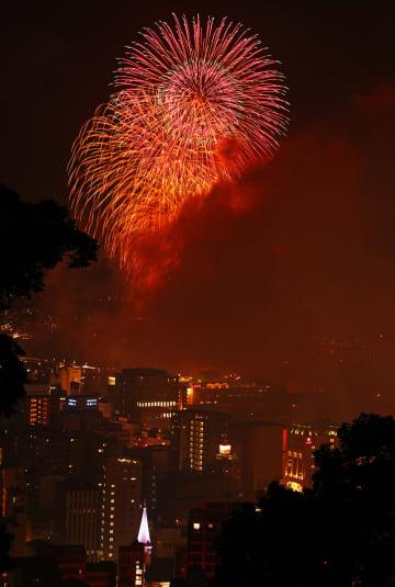 夜空を彩る大輪の花火=長崎港