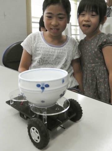 からくり人形の仕組みを応用した「お茶運びロボット」を製作した子どもたち(京都府亀岡市馬路町・南丹高)