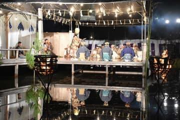 かがり火と水に囲まれたステージで上演された黒川能=鶴岡市櫛引総合運動公園野外ステージ