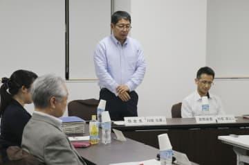 仙台市立折立中2年の男子生徒が自殺した問題について話し合う第三者委員会のメンバーら=16日、仙台市