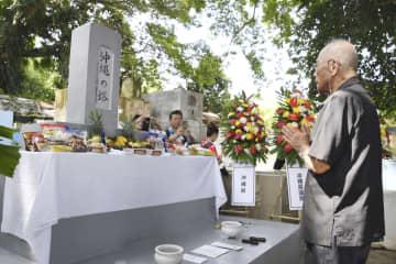 「沖縄の塔」の前で手を合わせる沖縄県ダバオ会の山入端嘉弘会長=28日、フィリピン・ダバオ(共同)
