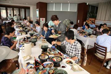 庄内浜でとれた海の幸を堪能する参加者=鶴岡市・ホテル八乙女