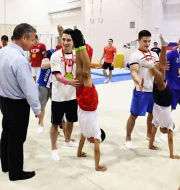 交流会では、ロシア選手のサポートで加茂体操クラブのメンバーが倒立に挑戦する場面もあった=27日、加茂市