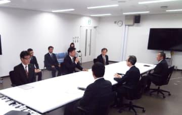 テーブルをはさんで左手中央が東京電力の小早川社長、右手中央が内堀知事