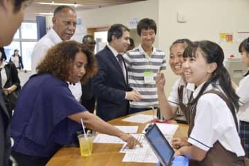 福島県立ふたば未来学園の生徒(右)と交流する在日大使館の関係者ら=30日午後、広野町