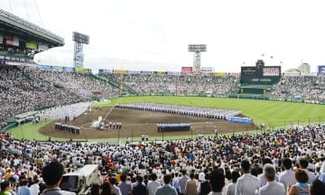 甲子園球場で行われた全国高校野球選手権大会の開会式=2015年